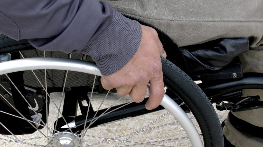 Rollstuhl Rohlstuhlfahrerer Mann mit Behinderung gehunfähig